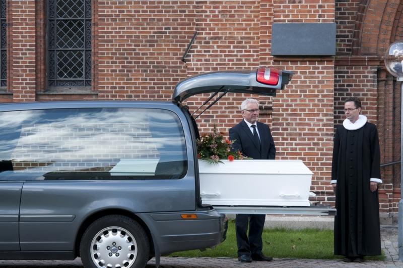 Skal afdøde kremeres, køres kisten i en rustvogn til krematoriet