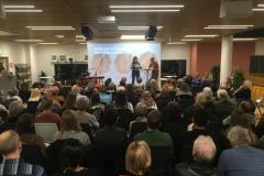 Forfatter Anne Lise Marstrand-Jørgensen fortæller om sin bog 'Sorgens grundstof' ved tema-aftenen om sorg på Odense Hovedbibliotek.