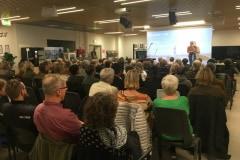 Ole Huld fra DR byder velkommen til tema-aftenen om sorg på Odense Hovedbibliotek.