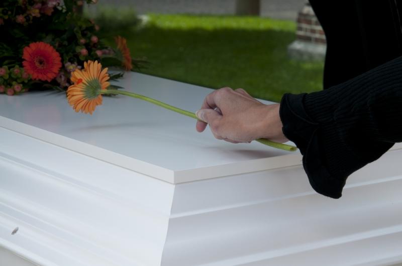 De pårørende lægger ofte blomster på kisten