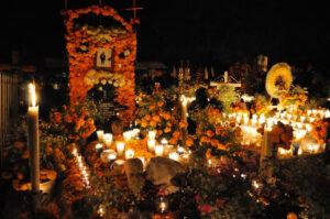 I Mexico mindes man de døde på De Dødes Dag, som er en en blanding af præcolumbiansk kultur, den katolske alle sjæles dag og allehelgensdag.