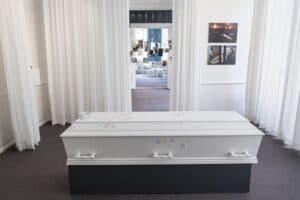 Temaet i dette rum er det sidste farvel og begravelsens ritualer. Her kan du se en kiste, en urne og en gravsten m.m.