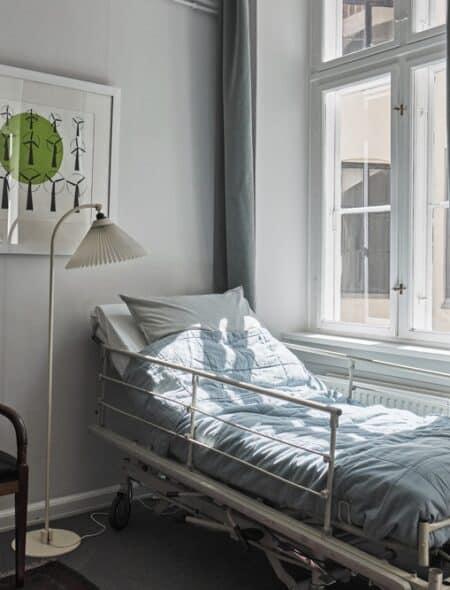 Temaet i dette rum er den sidste tid. Rummet er indrettet som en dagligstue, hvor en døende kunne ligge i sin sygeseng.
