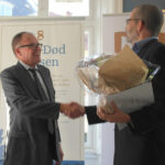 Næstformand for Landsforeningen Liv&Død, Stig Lynghøj Nielsen, overrækker Liv&Død Prisen 2014 til nyhedschef og medlem af redaktionsledelsen for Kristeligt Dagblad, Jeppe Duvaa.