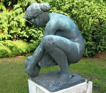 'Pige gravsætter en urne, Sundby Kirkegård'