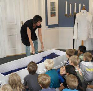 Børn til rundvisning i Funebariet