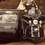 MC-bedemænd står for at køre rustvognsmotorcyklen