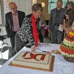 Rita Nielsen skærer Liv&Død kagen for.