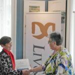 Inge Nesgård ønsker Rita Nielsen tillykke med Liv&Død Prisen.